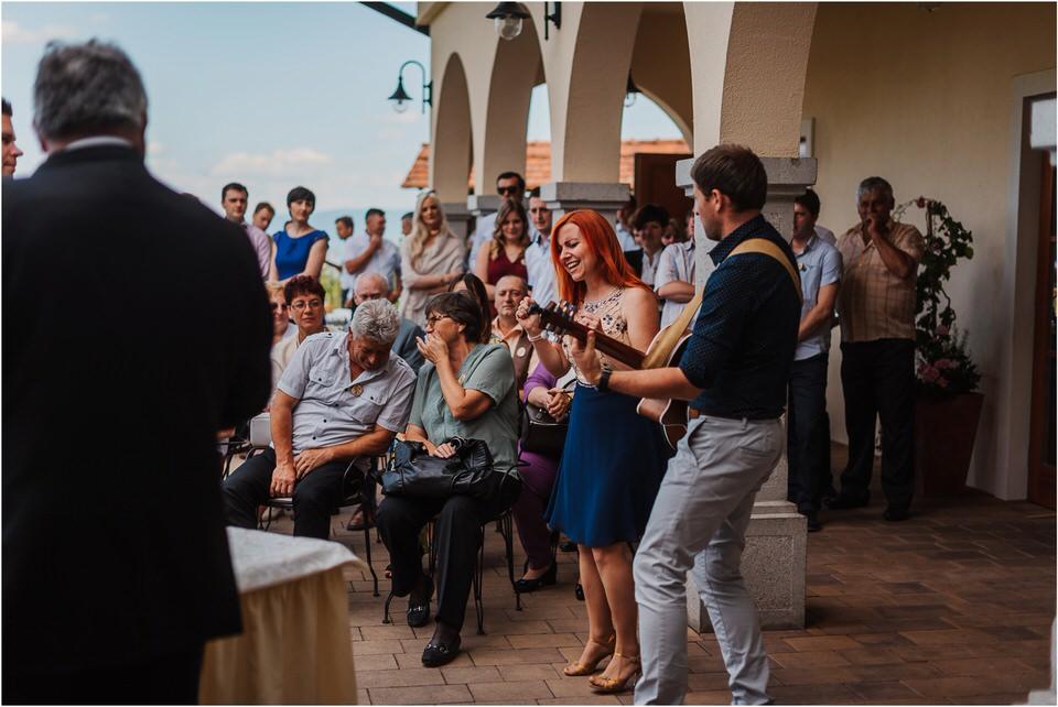 poroka vinski dvor deu maj spomlad porocni fotograf fotografiranje rustika romantika nika grega narava organska poroka zaroka slovenija 0045.jpg
