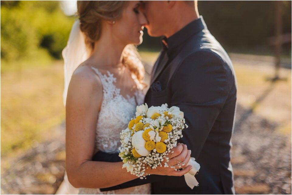 poroka vinski dvor deu maj spomlad porocni fotograf fotografiranje rustika romantika nika grega narava organska poroka zaroka slovenija 0057.jpg