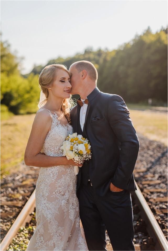 poroka vinski dvor deu maj spomlad porocni fotograf fotografiranje rustika romantika nika grega narava organska poroka zaroka slovenija 0058.jpg