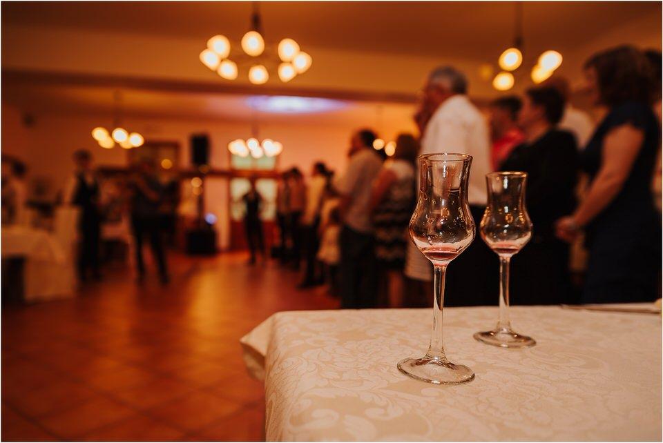 poroka vinski dvor deu maj spomlad porocni fotograf fotografiranje rustika romantika nika grega narava organska poroka zaroka slovenija 0074.jpg