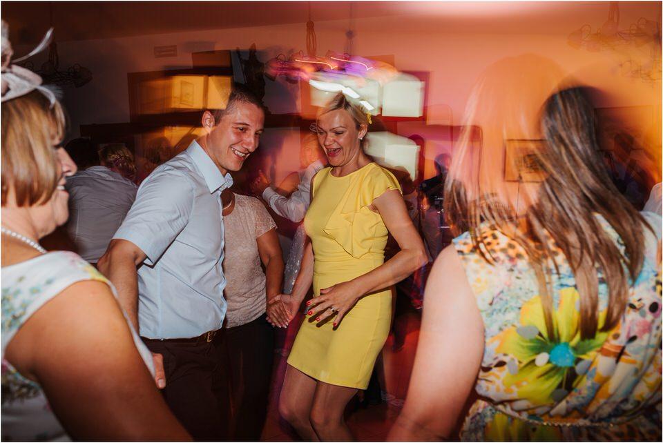 poroka vinski dvor deu maj spomlad porocni fotograf fotografiranje rustika romantika nika grega narava organska poroka zaroka slovenija 0082.jpg