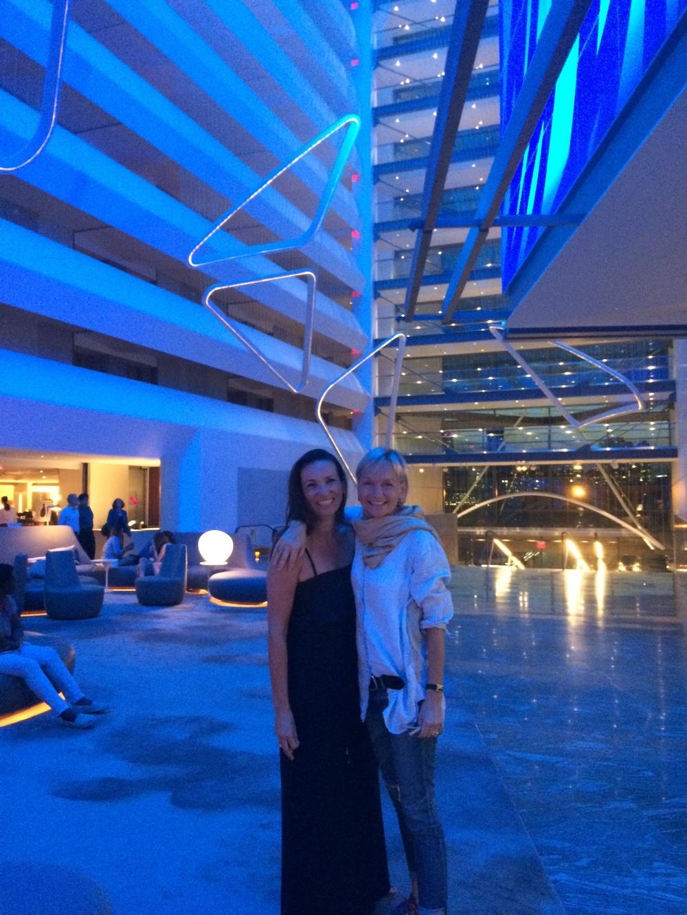 Meine Freundin Tina und ich in der Lobby des Conrad Hotels. Happy uns nach einer langen Zeit wieder zu sehen.