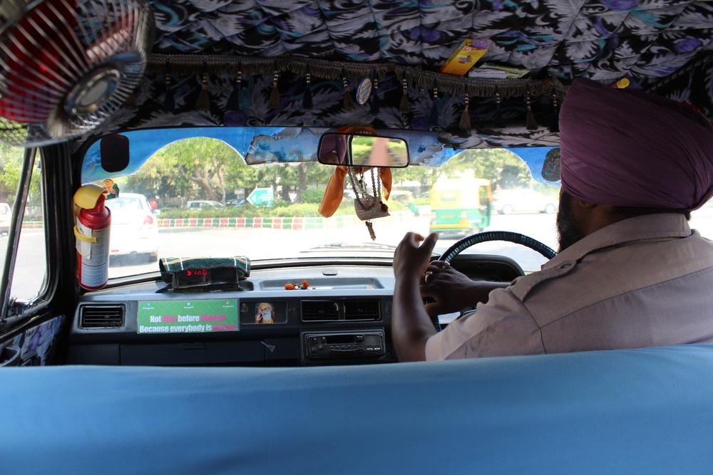 Unser Taxi: kreative Innenausstattung und ein sehr freundlicher und zuverlässiger Fahrer
