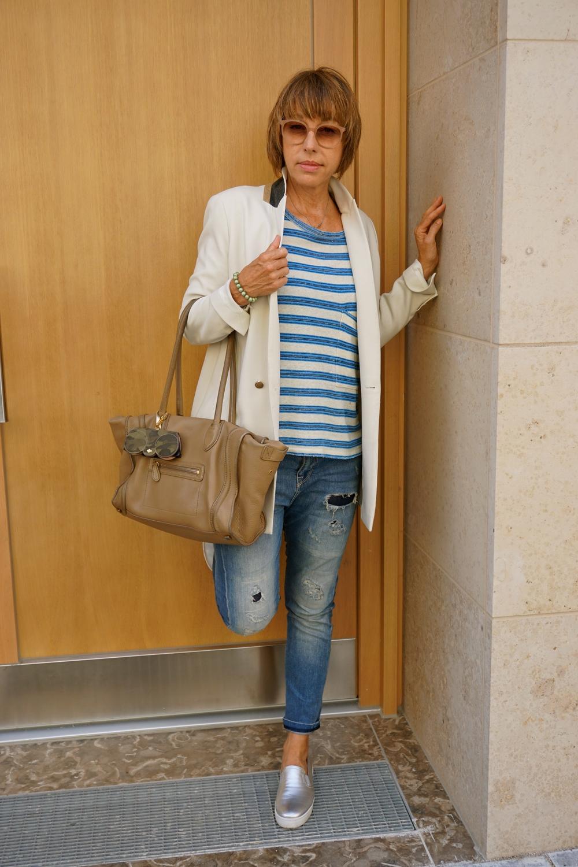 Blazer: SET, T-Shirt: Current/Ellio, Jeans: Sartoria Tramarossa, Schuhe: Prada, Tasche: Celine