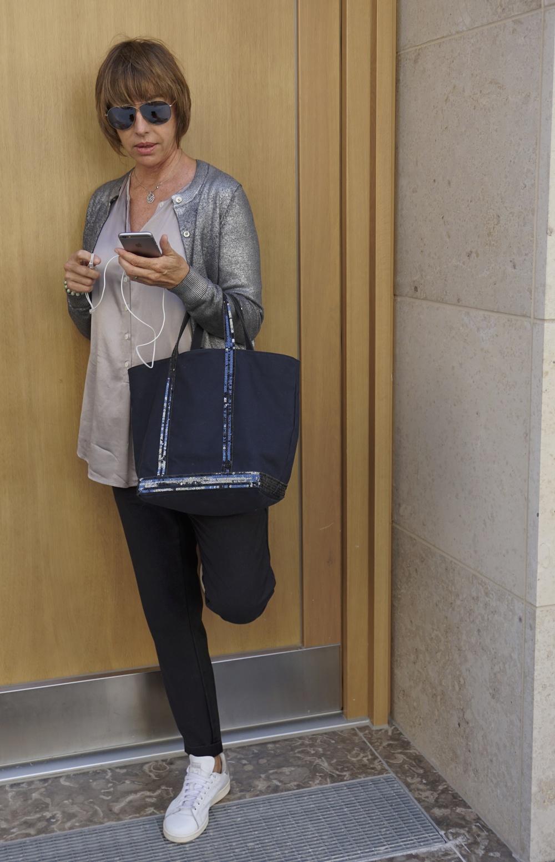 Jacke: Golden Goose, Bluse: Her Shirt, Hose: Myths, Schuhe: Adidas Stan Smith, Tasche: Vanessa Bruno