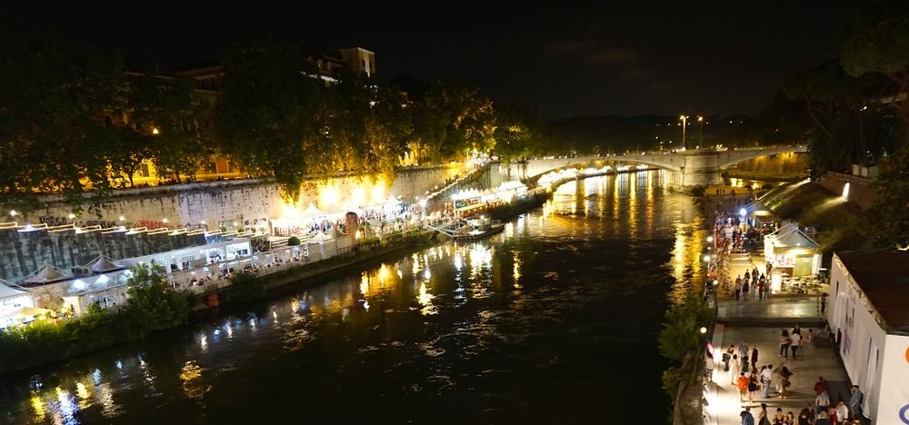 Blick auf die Tiberinsel bei Nacht. Das Leben pulsiert. Die Stadt ist etwas abgekühlt.