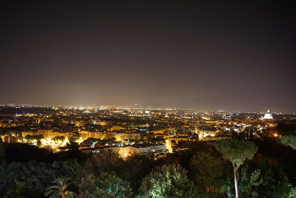 Ausblick vom Waldorf Astoria auf die Stadt Rom bei Nacht. Unbezahlbar!