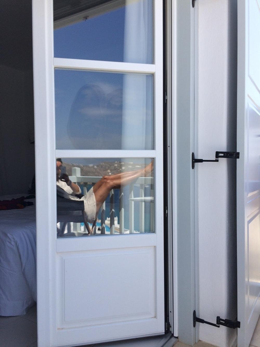 Blick auf die Bucht und auf einen BeFifty Myconia Villa Collection Griechenland Mykonos Hotelbeschreibung Tipps für Mykonos Blog für Frauen über 40 und über 50. BeFifty Blog für Frauen über 40 und 50. Reisetipps Griechenland.