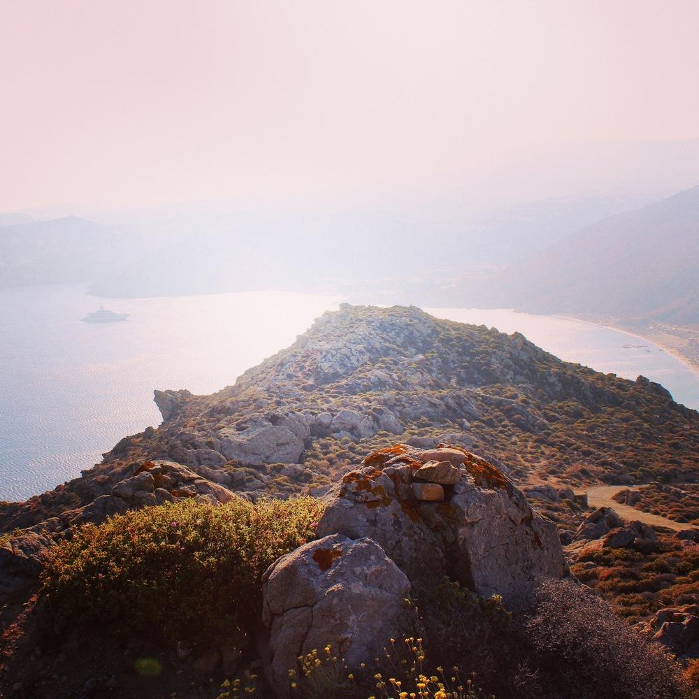 Blick auf die Elia Bucht vom höchsten Punkt des Berges.Geht nur zu Fuß, ist etwas mühsam, aber absolut lohnenswert!Myconia Villa Collection Griechenland Mykonos Hotelbeschreibung Tipps für Mykonos Blog für Frauen über 40 und über 50. BeFifty Blog für Frauen über 40 und 50. Reisetipps Griechenland.