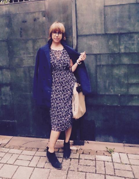Kleid und Mantel La fée Maraboutée, Tasche Stella McCartney, Brillentasche Any Di., Brille Viu Eyewear.  kb