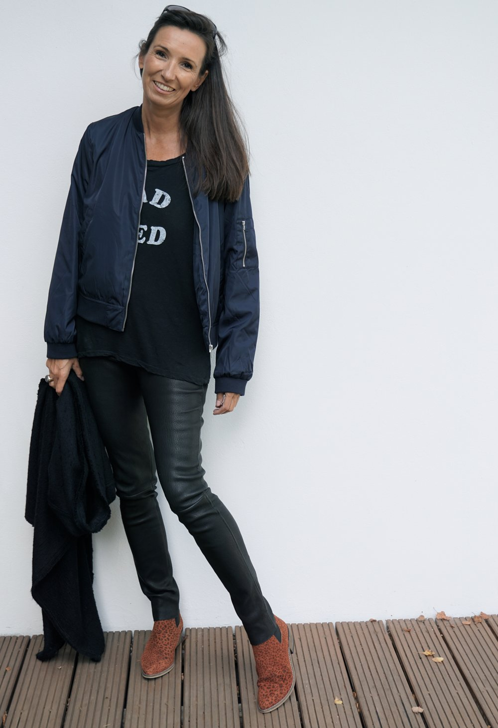Schuhe: Ivylee, Hose: Louis Vuitton, T-Shirt: Current/Elliot, lange Weste: Isabel Marant, Bomberjacke: MOSS COPENHAGEN