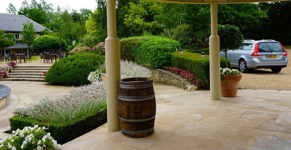 Der erste   Eindruc k  zählt und sagt meist vieles über ein Hotel. Bei der Ankunft ist klar: Hier stehen Wein und Ruhe im Vordergrund.