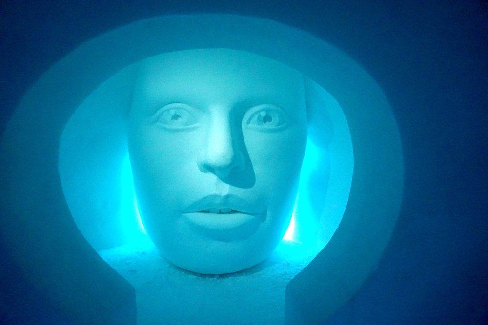 Eisskulptur in einem der Zimmer.