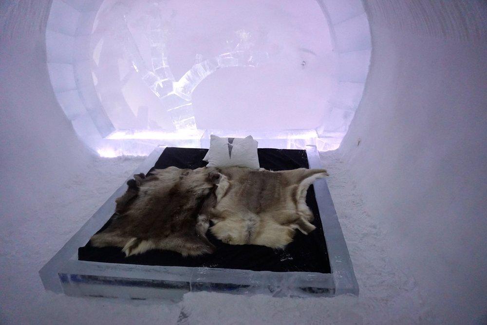 Gute Nacht bei konstanten -5 Grad. Das Bettgestell ist aus Eis,jedoch mit normalen Matratzen und jeder Mengen Fellen bestückt.