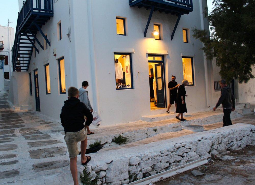 Mykonos Stadt bietet tolle Einkaufsmöglichkeiten. Ausgefallene Läden, weit entfernt vom Mainstream.Besonders in Sachen Mode und Schönheit heißt das Motto: hipper geht immer! Beliebter als internationale Marken sind die Labels trendbewusster Insulaner.