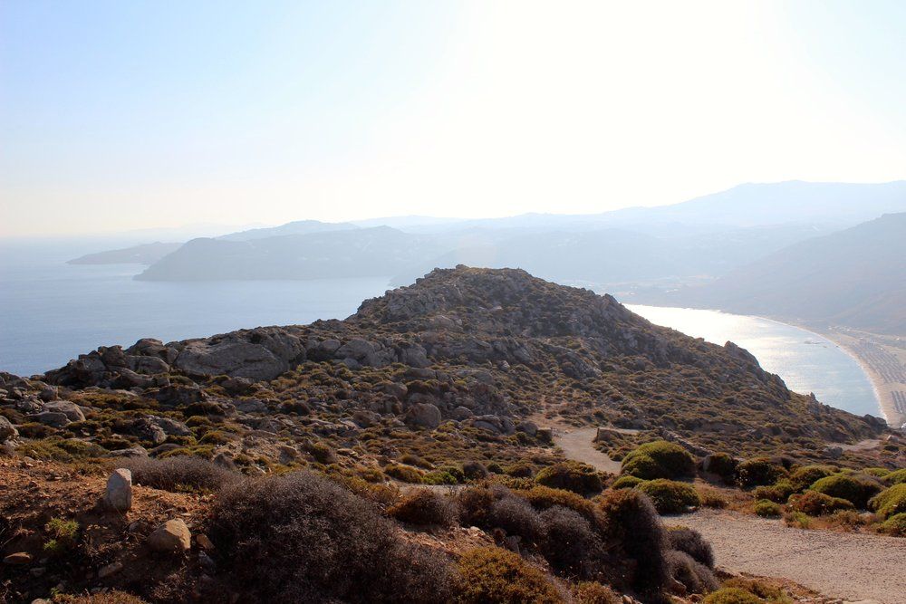Eine ganz andere und ruhige Seite von Mykonos:Natur pur, ca. 1 Stunde von der Stadt entfernt, und nach einem steilen Anstieg zu Fußein unbezahlbarer Blick. Elia   Beach.