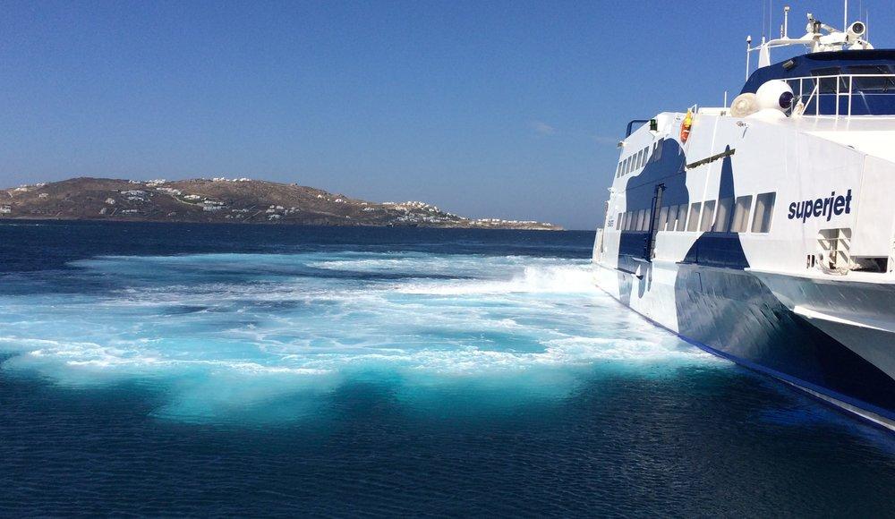 Ankunft mit der Fähre in Mykonos.Das Superjet-Boot ist wesentlich schneller und bewegt sich unruhiger im Wasser, die traditionelle Fähre braucht etwas länger, bietet aber eine schönere Aussicht.