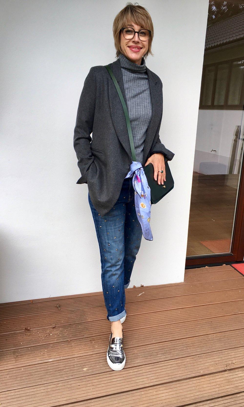 Jeans: CURRENT/ELLIOT, Rolli: Graumann, Blazer: AVELON, Schuhe: L'F SHOES, Tuch: Codello