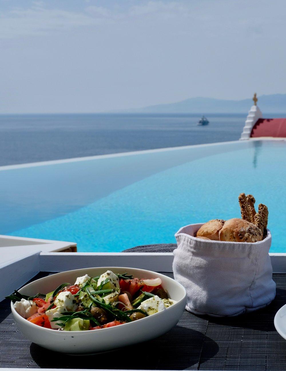 Mykonos Hotel Bill & Coo Griechenland BeFifty Blog für Frauen über 40 und über 40. Reiseblog Tipps Griechenland Griechischer Salat Essen in Griechenland
