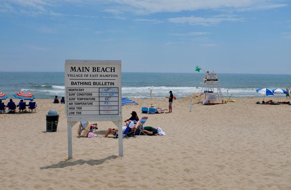 Strand von East Hampton. Parkplätze für NON-RESIDENTS sind stark beschränkt und teuer. Die Message ist klar: man möchte unter sich bleiben.