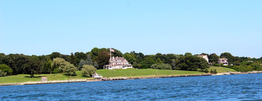 Auf dem Weg nach Shelter Island, vorbei an den sonst versteckten Häusern der Hamptons.