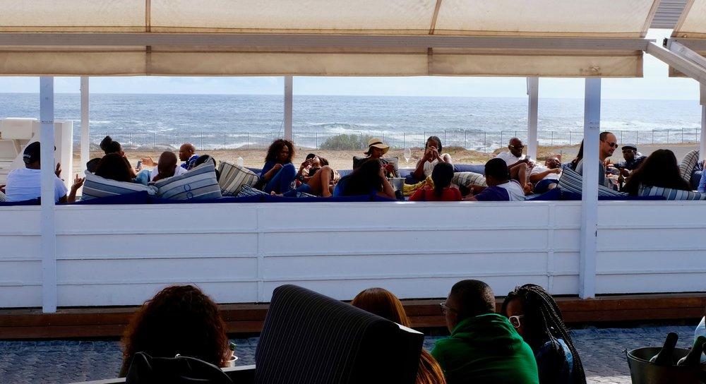 """9 Dinge, die man in Kapstadt sehen muss BeFifty Blog für Frauen ab 40 und ab 50 Beate Finken Reisetipps Südafrika Kapstadt.  District Walk Gardens, Clifton Beach und Mittagessen im """"The Bungalow"""".Auf Tuchfühlung mit Pinguinen / Simon's Town, Den Gipfel stürmen: Lions Head , Sehr gut essen und trinken"""
