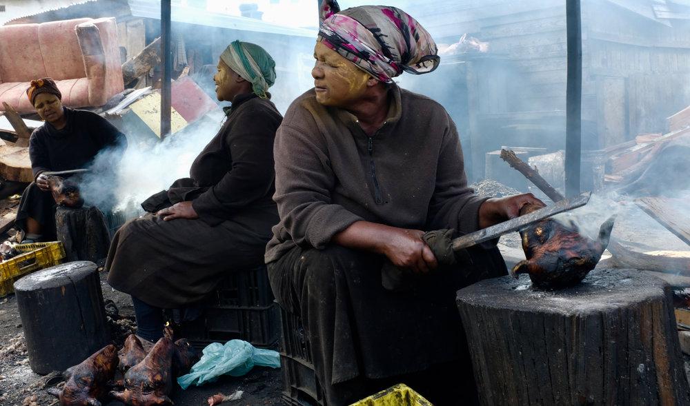 9 Dinge die man in Kapstadt sehen muss. BeFifty Blog für Frauen ab 40 und ab 50. Beate Finken Reisebloggerin.  Zeitgenössische afrikanische Kunst erleben: Museum Zeitz Mocca, Tafelberg , Woodstock - more than hip, aber bitte nur zur richtigen Tageszeit, Sehr gut essen und trinken in Kapstadt, Township Kapstadt
