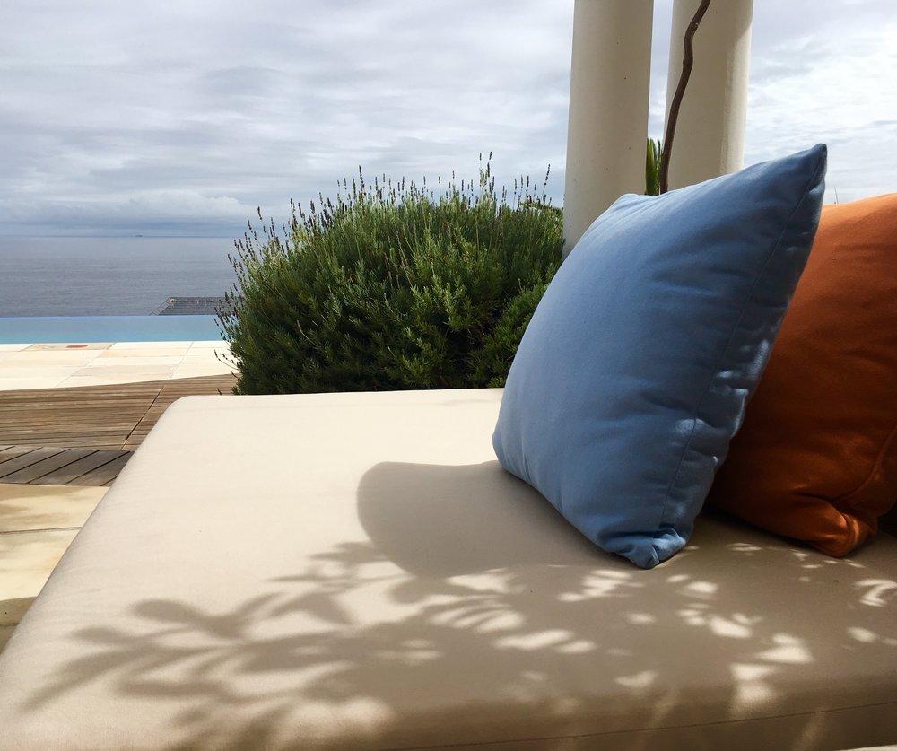 Terrasse mit Loungemöbel  The Compass House BeFifty Blog für Frauen über 50 Tipps Reise Kapstadt Südafrika Übernachtung Kapstadt Südafrika