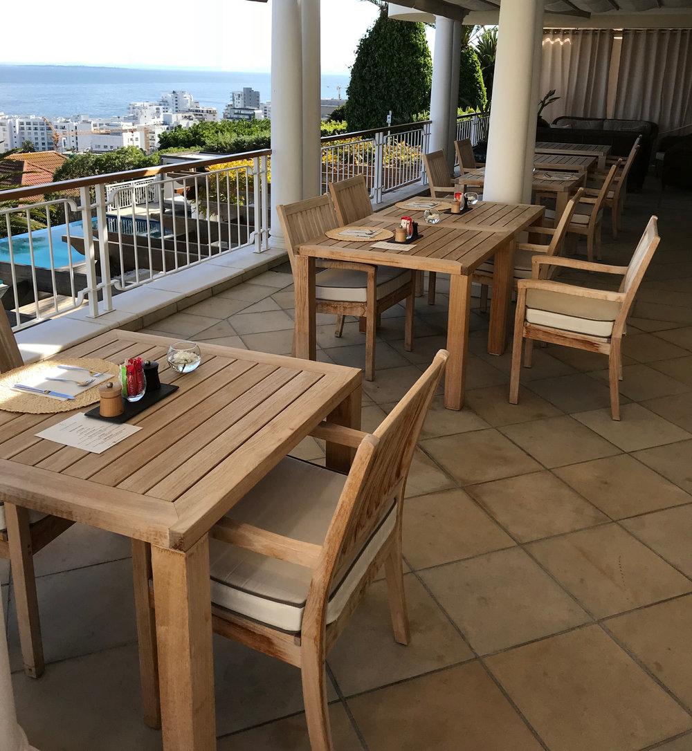 Frühstücksterrasse mit Blick auf die Bucht.  The Compass House BeFifty Blog für Frauen über 50 Tipps Reise Kapstadt Südafrika Übernachtung Kapstadt Südafrika