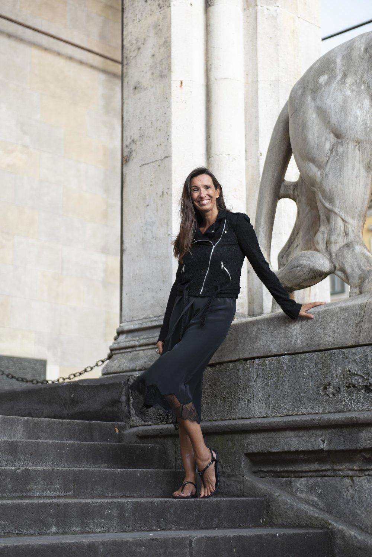 BeFifty Blog für Frauen über 50 Styling Slip on Dress Lingerie Style Mode für Frauen über 50 Moder für Frauen über 40 Ü40 Blog schwarzes Kleid Biker Jacke