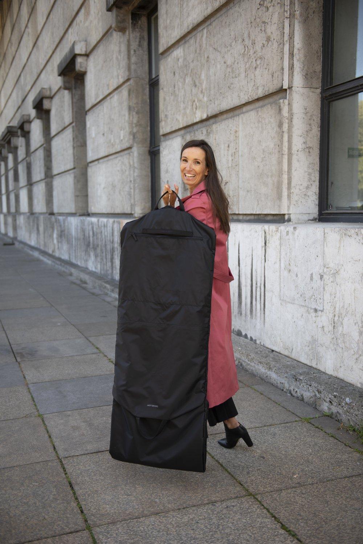 Leichter Reisen ohne Knittern. Das perfekte Reisegepäck. Kleidersack und Reisetasche: der Skyhanger. Tipps für Frauen über 40 und 50. BeFifty Blog für Frauen über 40 und 50. Beate Finken