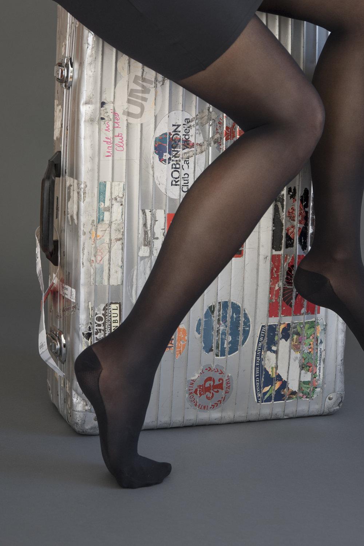 ITEM m6 Travelsock Kompression Venengesundheit schönen und gesunde Beine BeFifty Blog für Frauen über 40 und ab 50 Beate Finken schwarzer Kniestrumpf mit Kompression für die Reise KNEE-HIGH VOYAGER WOMEN Reisekniestrümpfe | 50 DEN | Anti-Reisethrombose TIGHTS SKYLINE WOMEN