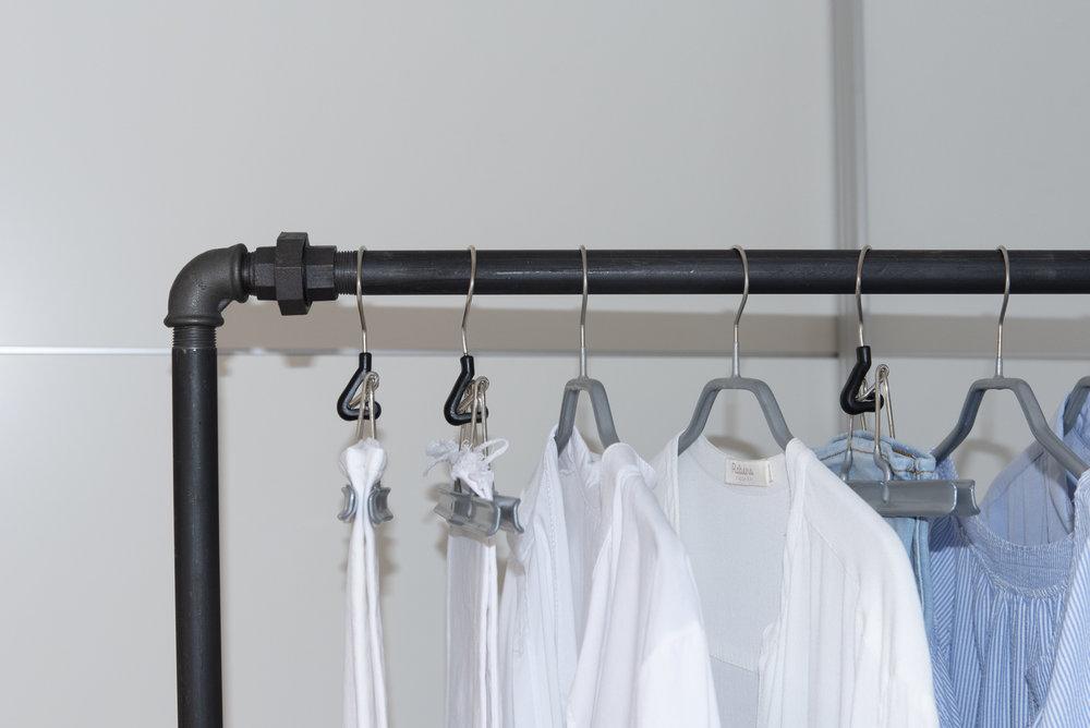 Kleiderschrank-DETOX, die perfekte Kleiderstange von Rackbuddy, Mottenbekämpfung, Waschmittel für ganz Feines, Anti-Static-Spray, der perfekte Kleiderbügel. Tipps für einen perfekten Kleiderschrank. Beate Finken BeFifty Blog für Frauen über 40 und ab 50 Kleiderschrank Check