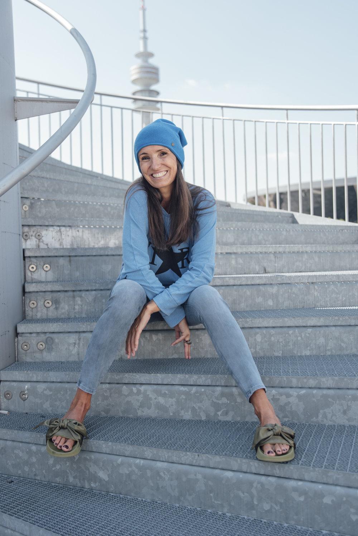 DAWN JEANS DENIM LIV Bergen Sweater BeFifty Blog für Frauen über 40 und ab 50. Look der schlank macht. Ton in Ton Look mit DAWN und Lib Bergen. Tipps für Frauen über 50 und ab 50. Jeans: nachhaltige Mode, fair und organic DAWN DENIM und Sweatshirt von Liv Bergen Skinny Jeans blau