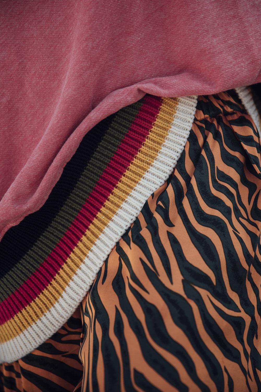 Liv Berben Sweater Rabens Saloner Hose im Animal Print Mix und Match Look. Mustermix Outfits . Sweater in orange mit Strickbunf. Tipps worauf man beim Mustermix achten sollte. Beate Finken Blog für Frauen über 40 und über 50. Fashion Tipps einer Bloggerin.