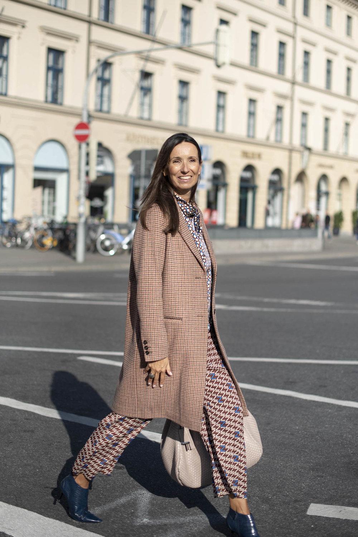 Der Mantel ist aus der ITALIAN CAPSULE Collection von Schneiders Salzburg. Kartierter Mantel Schneiders Salzburg. BeFifty Blog für Frauen über 40 und über 50. Beate Finken, Bloggerin, 52 Jahre.