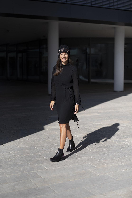 BeFifty Blog für Frauen über 40 und über 40 Beate Finken Daunenjacke - von Streetwear zu Fashion. Kleid: LaLa Berlin Dress Frieda Black, Schuhe: Sam Edelman, Mütze: Bogner. Stylingtipps für Daunenjacke und co.