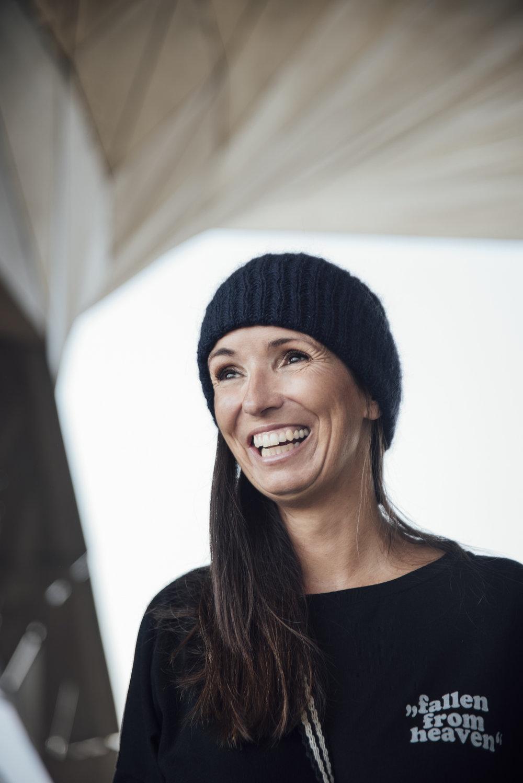 Liv Bergen Sweater Beate Finken Blog BeFifty Mode für Frauen über 40 und über 50 Stilmix blauer Rock zu schwarzem Sweater Marysal Tasche Lackschuhe Item M6 Strumpfhose Kompression
