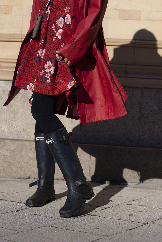 Das rote Kleid Zadig & Voltaire Kompressionstrumpf Item M6 Stylingtipps für Kleider In rot und in Knallfarben Schuhe Talbot Runhof Gummistiefel Barbour Regenmantel rot von maium nachhaltige Mode BeFifty Blog für Frauen über 40 und ab 50 Beate Finken