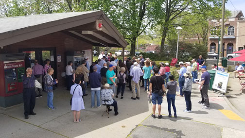 Jane's Walk 2018 Jane's Walkers arrive in droves—70 total—and came from all over the City to see Douglas Manor's historic Arts & Crafts houses. Photo by