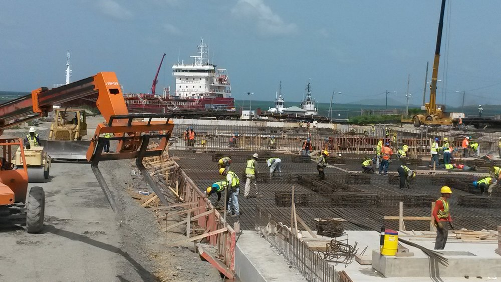 supervision of large crews_steel prep-vessell offloading fuel for powerplant next doors.jpg