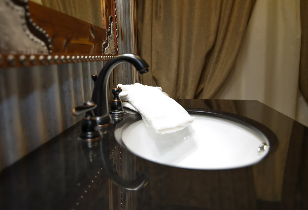 Perch Cove Kiamichi Cabins - Bathroom sink set up