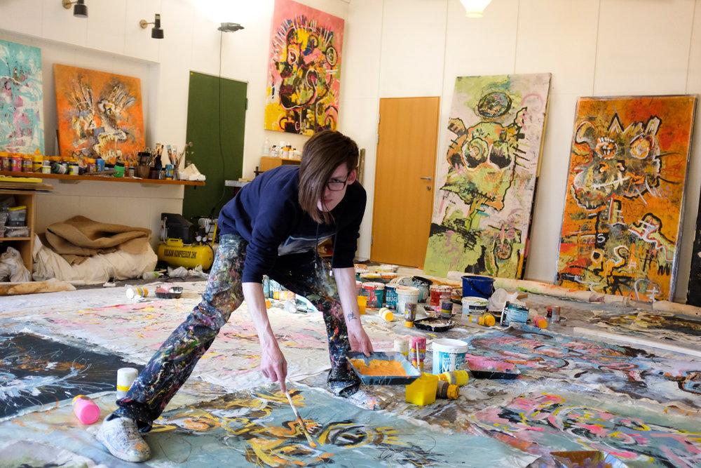 Stian-Borgen-maler-på-gulvet-DSCF4511.jpg