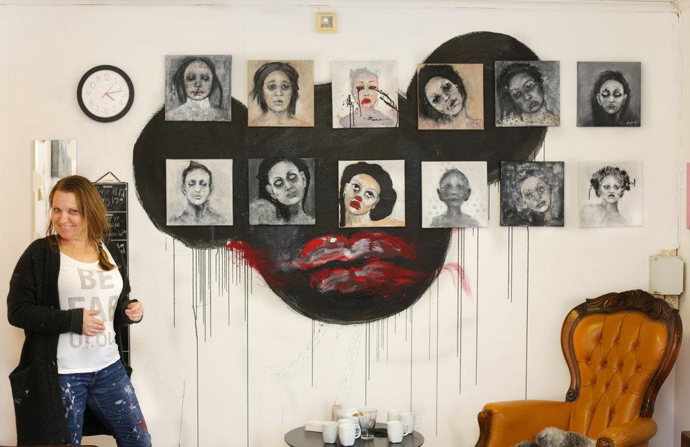 Linda H. Syvertsen med noen av hennes karakteristiske portretter hun har blitt så ettertraktet for.