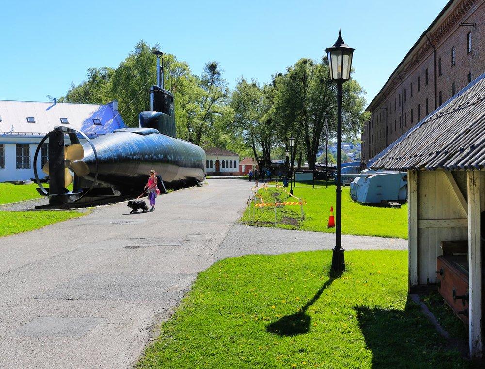 Marinemuseet har også flere bevarte fartøyer, blant annet «Rap», Norges og verdens første dedikerte torpedobåt, samt utendørsutstilling med ubåten KNM «Utstein» og MTBen KNM «Blink». Begge av de sistnevnte skip er åpne for publikum i åpningstiden.Ved siden av det museale kan Marinemuseet tilby flere historiske tjenester. Museet har et stort fagbokbibliotek, bildesamling og tegningsarkiv. Det er tilbud om guidede omvisninger.