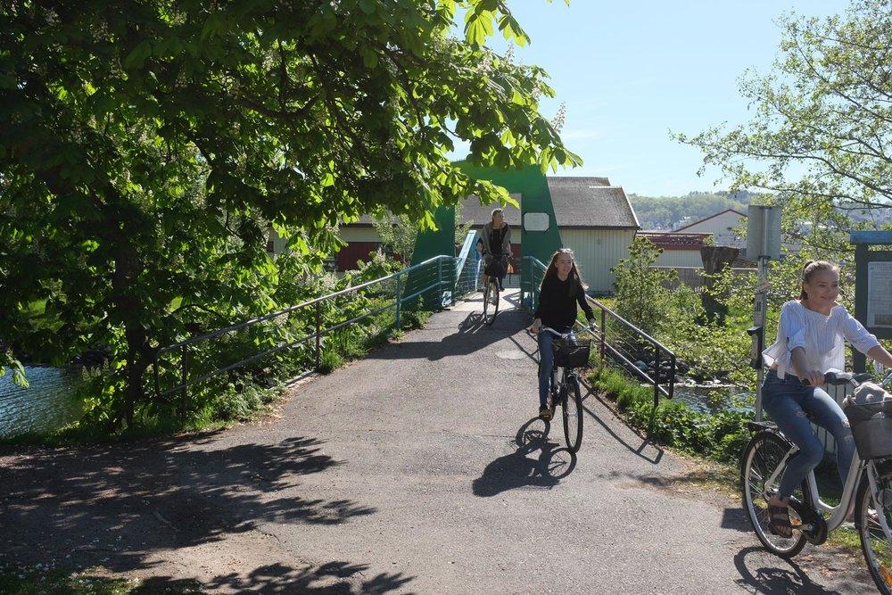 Kyststien i Vestfold går gjennom Karljohansvern. Hortens beliggenhet med kort vei til de fleste steder i Oslofjordregionen samt fergesambandet Moss - Horten gjør at den gamle marinebasen kan være et fint sted å starte sykkelturen i Vestfold.