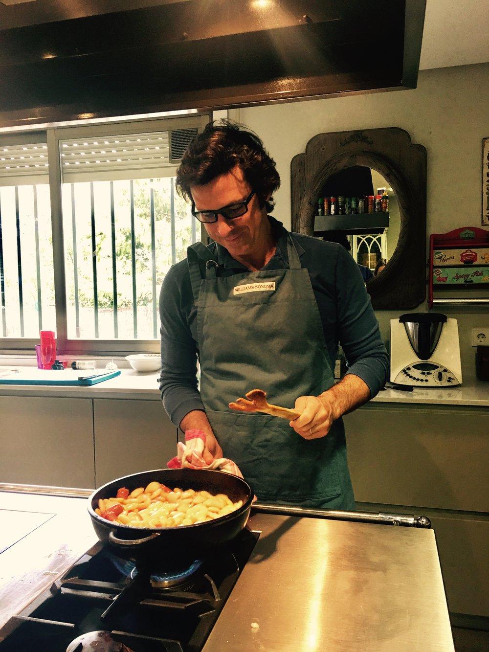 Mi chef cocinando, guapo!