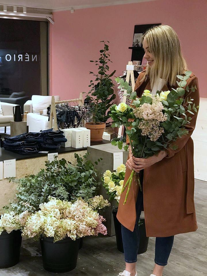 Kjøp helgebuketten hos oss - Vil du ha en litt annerledes bukett eller noen enkle fine blomster? Hver fredag får vi inn friske fine blomster, og bukettene er aldri den samme (selv om prisen er det).