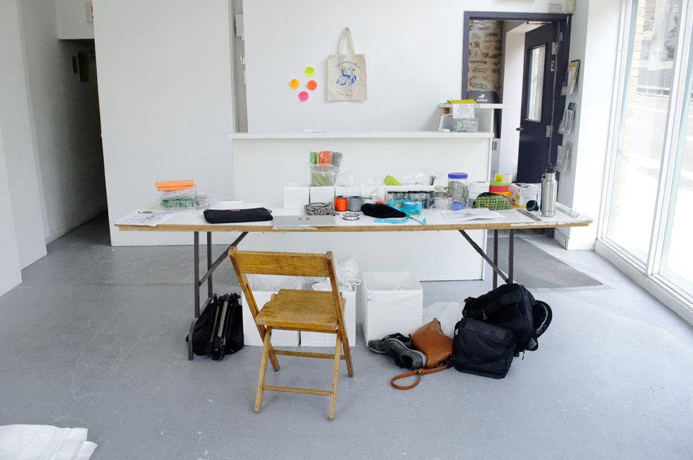 La table avec les outils et la quincaillerie.