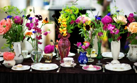 wedding-flowers-in-mismatched-vases